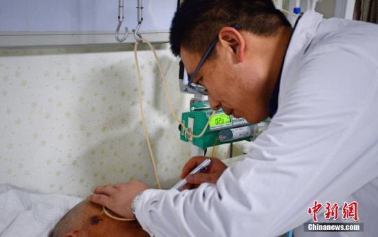 资料图:有病人血压急剧升高,心率飞快,医生赶来检查。 王明宇 摄