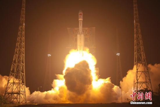 """中国自主研制的首艘货运飞船""""天舟一号""""于4月20日晚间19时41分在海南文昌航天发射场成功发射升空。赵彦勋 摄"""