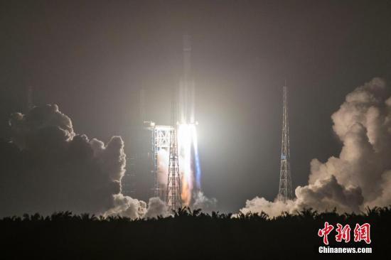 """中国自主研制的首艘货运飞船""""天舟一号""""于4月20日晚间19时41分在海南文昌航天发射场成功发射升空。骆云飞 摄"""