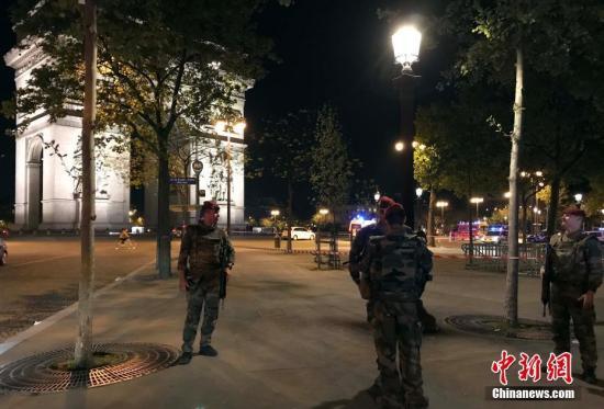 """法国首都巴黎著名商业街香榭丽舍大道4月20日晚发生枪击事件,造成警察一死两伤,枪手被警方开枪击毙。法国总统奥朗德随后宣布,确信事件调查方向为""""恐怖主义""""。图为事发后法国军人在香榭丽舍大道周边地带巡逻。中新社记者 龙剑武 摄"""