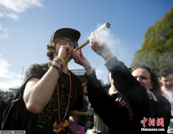 """资料图:4月20日是国际大麻日,在这一天,世界多地民众走上街头""""吞云吐雾""""公开吸大麻。图为加拿大民众""""吞云吐雾""""。"""
