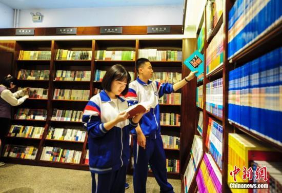 资料图:学生在书店内读书。 记者 张勇 摄