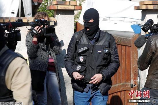 法国首都巴黎著名商业街香榭丽舍大道4月20日晚发生枪击事件,造成警察一死两伤,枪手也被警方开枪击毙。图为4月21日,法国警方搜索枪手住所。
