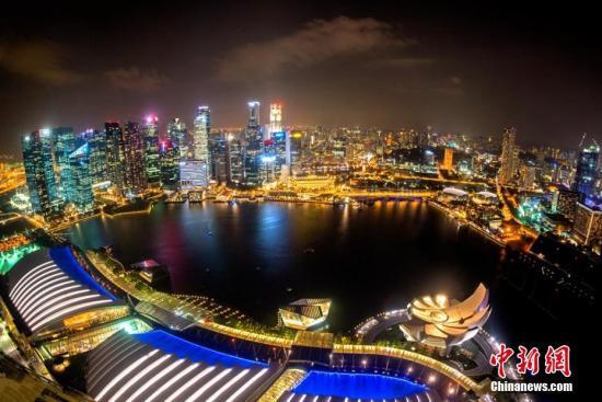资料图:从新加坡滨海湾金沙酒店俯瞰夜色。 中新网记者 富宇 摄