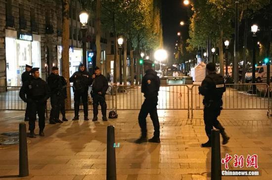 """法国首都巴黎著名商业街香榭丽舍大道20日晚发生枪击事件,造成警察一死两伤,枪手也被警方开枪击毙。 法国总统奥朗德随后宣布,确信事件调查方向为""""恐怖主义""""。图为警方封锁香榭丽舍大道周边地带。<a target='_blank' href='http://www.chinanews.com/'>中新社</a>记者 龙剑武 摄"""
