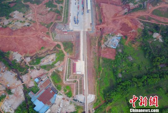 2016年10月8日,国家口岸办正式下文,赣州成为全国第八个获批的国家临时对外开放口岸。 王剑 摄