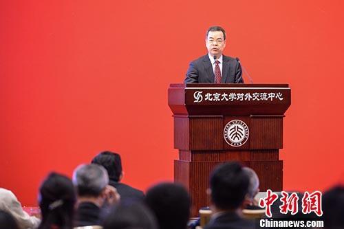 """4月22日,全国人大常委会香港基本法委员会副主任张荣顺在北京指出,推进""""一国两制""""向前发展是内地和香港社会各界人士的共同责任。相信在大家的共同努力下,""""一国两制""""一定会取得更大的发展成绩。""""纪念香港回归祖国二十周年研讨会""""当天在北京大学举行,张荣顺在开幕式上"""