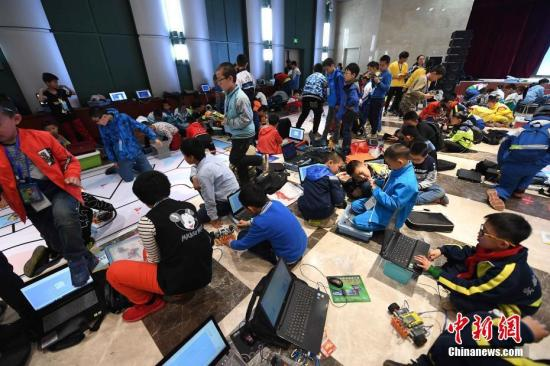 资料图:青少年机器人竞赛现场。 武俊杰 摄