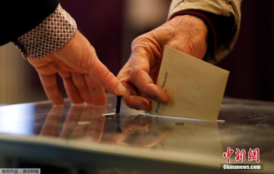 资料图:法国民众参加总统大选投票。