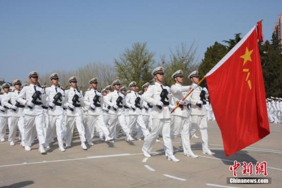 4月23日,遼寧大連,為慶祝人民海軍建軍68周年,海軍大連艦艇學院舉辦慶祝海軍節閱兵暨軍校開放日活動,百餘名駐地官員、高校領導以及中小學生代表受邀參加該活動。圖為閱兵儀式現場。 中新社記者 楊毅 攝
