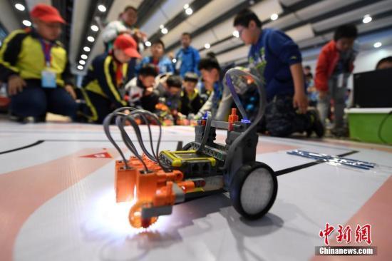资料图:青少年进行机器人竞赛大比拼。 武俊杰 摄