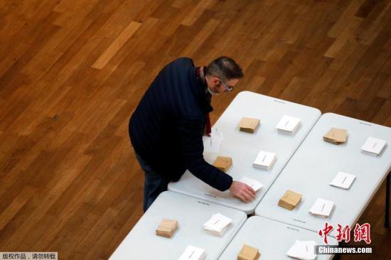 当地时间2017年4月23日,法国里昂,法国总统大选首轮投票正式开始,民众参加投票。