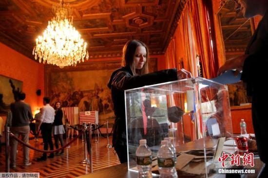 当地时间2017年4月22日,美国纽约,海外法国公民参加法国大选第一轮投票。