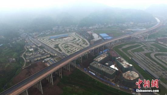 资料图:雅康高速公路。 刘忠俊 摄