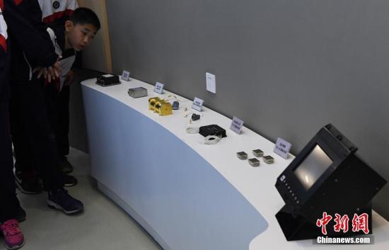 """""""神舟飞船""""显示器等用于航天任务的设备吸引参观学生。 杨艳敏 摄"""