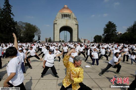 当地时间2017年4月23日,墨西哥墨西哥城,民众聚集在革命纪念碑前参加太极课程,这是太极联合会举办的一个全国性促进身体健康的活动。