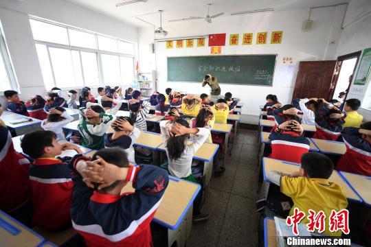 资料图:江西新余小学生参加消防演练学习避险自救。周亮 摄