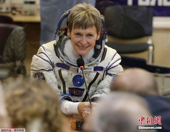 NASA在官方网站写道,美国东部时间4月24日凌晨1时27分,佩吉·惠特森累计在太空停留534天2小时49分钟,刷新了美国宇航员在太空停留时间最长纪录。她最近延长了在国际空间站执行任务的时间,因此还将有5个月创造新的纪录。图为佩吉·惠特森(资料图)。