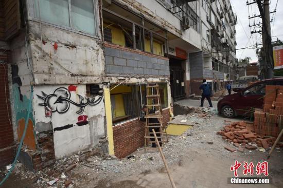 """资料图:北京三里屯""""脏街""""综合整治拆墙打洞。中新网记者 金硕 摄"""