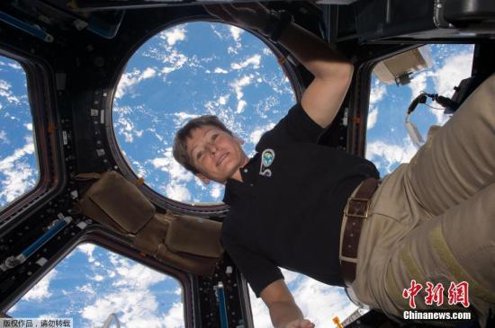 美国宇航局(NASA)宣布,目前在国际空间站工作的女宇航员佩吉・惠特森(Peggy Whitson)于当地时间4月24日刷新美国宇航员累计在太空停留时间最长纪录,她已经在太空飞行超过534天,成为美国最富经验的宇航员。美国总统特朗普通过与国际空间站的地空视频连线,向惠特森表示祝贺。图为NASA4月24日公布的照片。