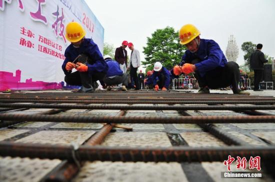 """资料图:江西省万载县举办迎""""五一""""职工技能大赛。 邓龙华 摄"""
