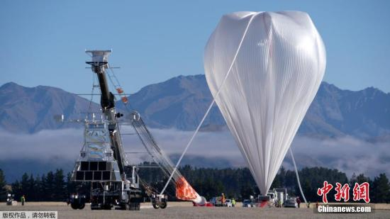 资料图:新西兰瓦纳卡机场,准备放飞的巨型超压气球。