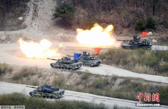 当地时间4月21日,韩美两国的韩国抱川举行联合实弹军事演习。图为韩国K1A1和美国的M1A2主坦克向目标区域射击。