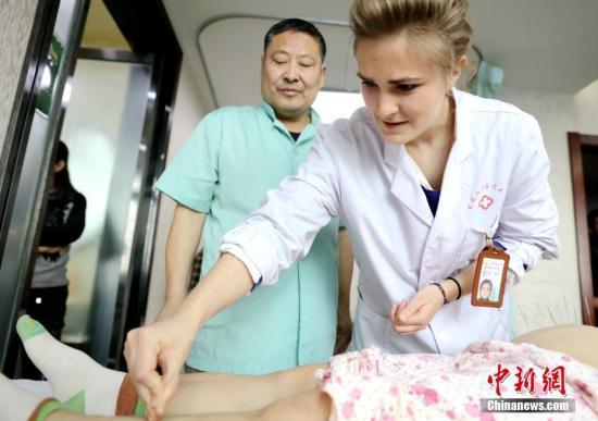 """资料图:""""洋中医""""在老师带领下进行针灸实践。(<a target='_blank' href='http://www.chinanews.com/'>中新社</a>记者 王舒 摄)"""