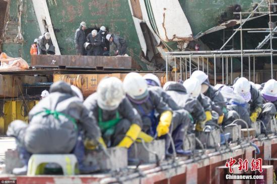 """当地时间2017年4月27日,韩国木浦新港码头,据韩联社报道,韩国海洋水产部""""世越""""号现场处理本部27日表示,在当天进行的船内搜寻中发现28件物品,其中1件校服被确认为失踪者遗物。据现场处理本部介绍,当天在船首发现一男生校服,校服上写有名字,已确认是失踪的檀园高中学生朴某的校服。在校服附件没有发现朴某的遗体。除朴某的校服外,当天在船内发现的物品还有3部手机、9件衣服、9双鞋子、3个包和3个电子设备。图片来源:视觉中国"""