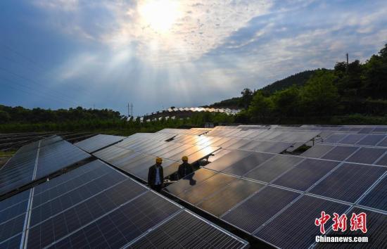 """近年来,中国新能源科技城、全国可再生能源示范城市新余市因地制宜发展""""渔光互补""""、""""农光互补""""和""""林光互补""""等光伏发电项目,总装机量已达425兆瓦,并网发电总规模达153.16兆瓦。 王剑/文 赵春亮/摄"""