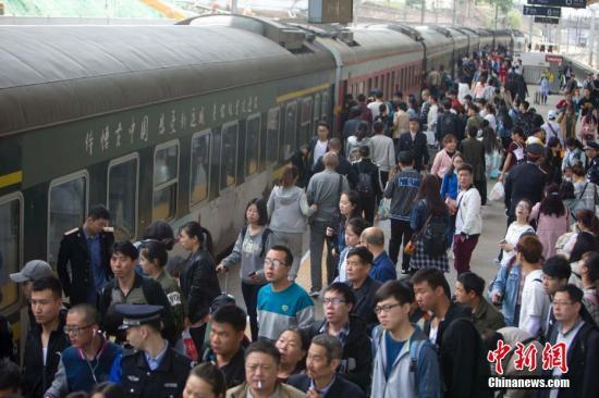资料图:节日期间的太原火车站。 张云 摄