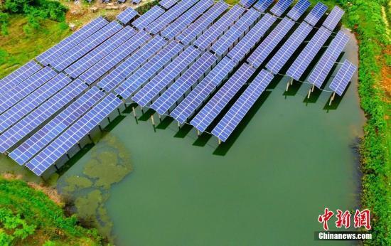 资料图:航拍下的江西省一废弃矿山光伏电站如深山明镜,熠熠生辉。赵春亮/摄
