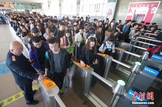 4月28日,中国铁路总公司披露,为期4天的2017年五一假期铁路旅客运输正式启动,自4月28日至5月1日。中国铁路预计发送旅客5050万人次,日均发送1263万人次,同比增长10%。 张云 摄