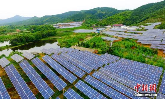 4月27日,航拍下的江西省一废弃矿山光伏电站如深山明镜,熠熠生辉。  赵春亮/摄