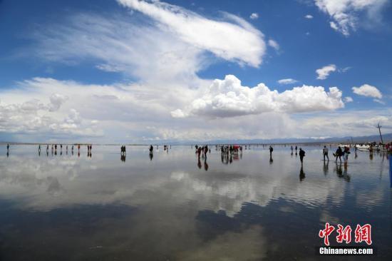 """资料图:素有中国""""天空之镜""""之称的青海茶卡盐湖。 罗云鹏 摄"""