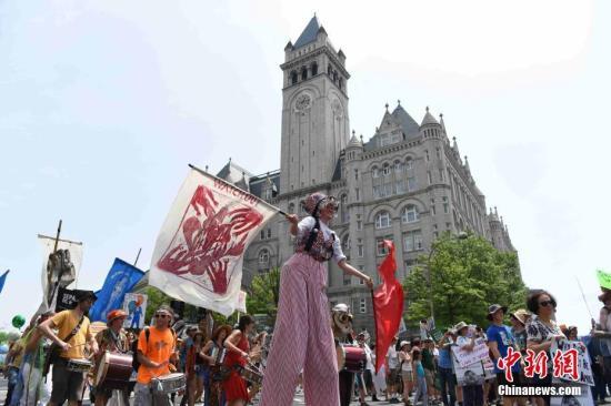 当地时间4月29日,华盛顿爆发上万人规模的游行活动,抗议特朗普的气候政策和能源政策。当天适逢美国总统特朗普执政满一百天。 中新社记者 刁海洋 摄