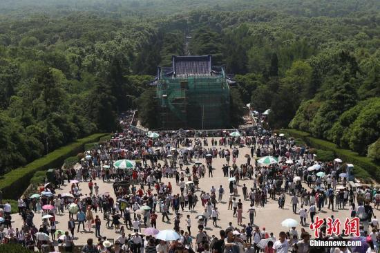 4月30日,大批游客涌进南京中山陵参观。 中新社记者 泱波 摄