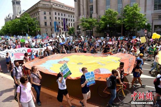 当地时间4月29日,华盛顿爆发上万人规模的游行活动,抗议特朗普的气候政策和能源政策。当天适逢美国总统特朗普执政满一百天。 <a target='_blank' href='http://www.chinanews.com/'>中新社</a>记者 刁海洋 摄