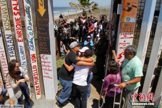 资料图:美墨边境临时短暂开放,两国亲人相拥而泣。