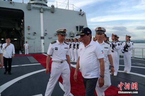 杜特尔特总统结束参观时戴着长春舰纪念帽离开。 <a target='_blank' href='http://www.chinanews.com/'>中新社</a>记者 张明 摄