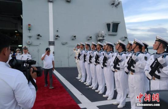 5月1日,菲律宾总统杜特尔特登上正在菲国南部城市达沃访问的中国海军长春舰参观。图为杜特尔特总统检阅仪仗队。 中新社记者 张明 摄