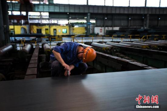 资料图:钢铁炼制工人正在工作。李南轩 摄