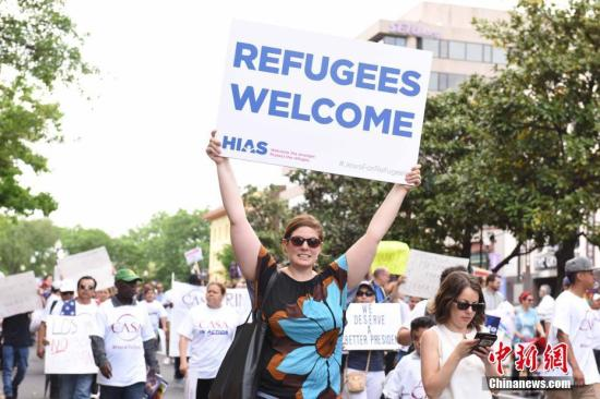 """示威民众高举""""欢迎难民""""的牌子。<a target='_blank' href='http://www.chinanews.com/'>中新社</a>记者 邓敏 摄"""