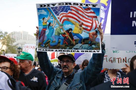 当地时间5月1日,数千名不同肤色的纽约市民聚集在纽约市政厅前的弗利广场,抗议特朗普移民禁令、争取工人权益。 <a target='_blank' href='http://www.chinanews.com/'>中新社</a>记者 廖攀 摄