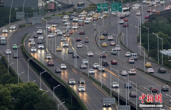 资料图:大批车辆行驶在高速公路连接南京市区的高架道路上。 泱波 摄