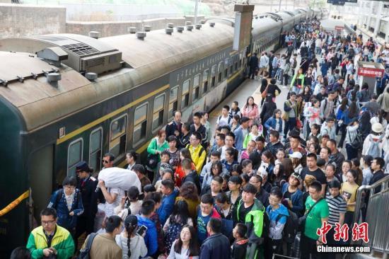 资料图:5月2日,太原火车站迎来返程高峰。 张云 摄