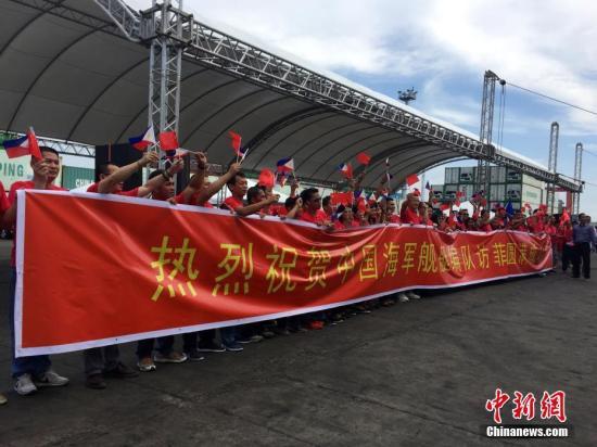 当地华侨华人到码头为中国海军舰艇编队送行。 <a target='_blank' href='http://www.chinanews.com/'>中新社</a>记者 钟欣 摄