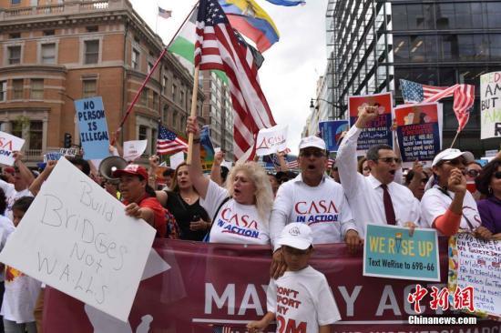 资料图:5月1日,在美国首都华盛顿,示威人群在杜邦环岛举行集会后,一直行进到白宫北面的拉法耶特广场,抗议特朗普的移民政策等。