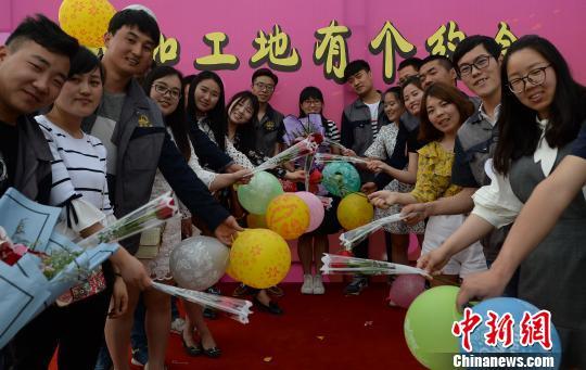 资料图:图为参加联谊活动的男女青年们合影留念。 刘潇 摄