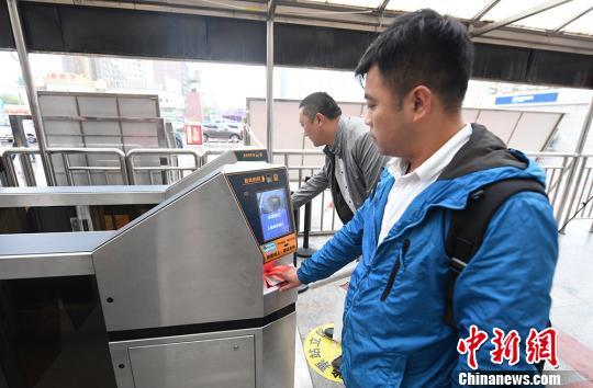 兰州火车站启用人脸识别系统,旅客使用人脸识别进站系统进站。 杨艳敏 摄